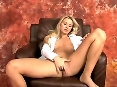 charming blonde girl rubbing and fingering her pussy on webcam